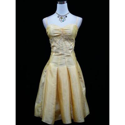 Žluto zlaté koktejlové šaty